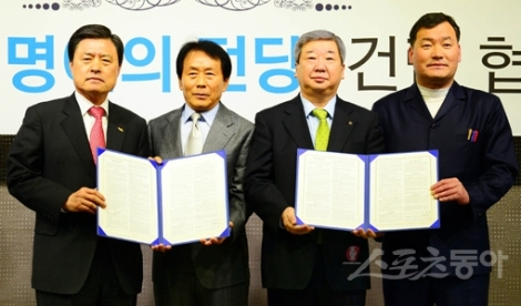 *Huh Nam-sik (far left) after signing the agreement for the Korea Baseball Hall of Fame and Museum.