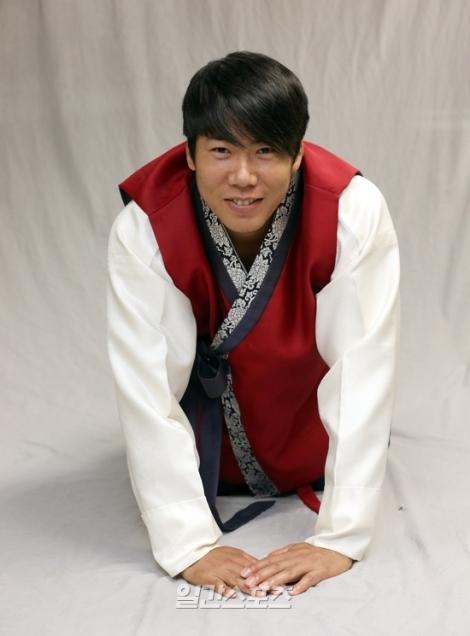 Kang Jung-ho in hanbok.